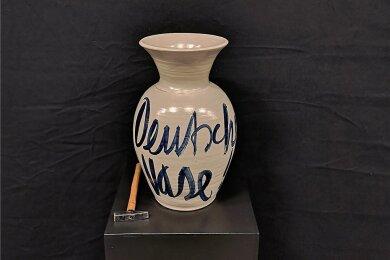 """""""Deutsche Vase"""" (2017) mit Zubehör - der Künstler denkt an alles."""