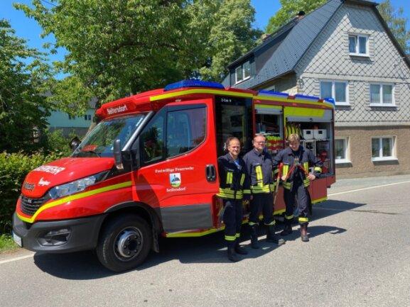 Wehrleiter René Röhricht (l.), Markus Dehne und Clemens Bittner (r.) von der Freiwillige Feuerwehr Seifersdorf waren nach dem Unfall im Einsatz.