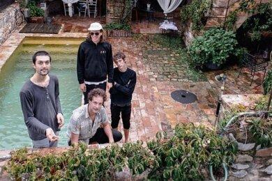 Die Rockband Annen May Kantereit aus Köln: Gitarrist Christopher Annen (links), Schlagzeuger Severin Kantereit (Mitte vorn), E-Bassist Malte Huck (Mitte hinten) und Sänger Henning May.