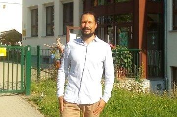 Gabriel Brenner, Vorsitzender des Schulverein, vor dem Hort der Grundschule.