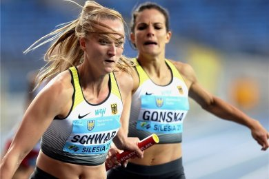 Nadine Gonska wechselt in Chorzow auf Corinna Schwab, die wild entschlossen losstürmt.