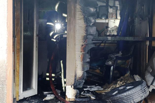 Die Garage war aus noch ungeklärter Ursache in Brand geraten.