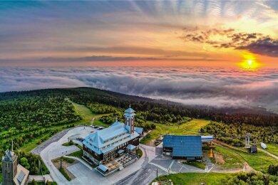 """Das allererste Foto, das beim Sommerwettbewerb einging, ist auch eines der schönsten. Sven Wagner aus Annaberg-Buchholz hielt es unter dem Titel """"Der Fichtelberg über den Wolken"""" fest. Ein Luftbild zur perfekten Zeit, wie es malerischer kaum sein kann."""