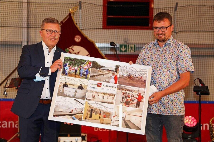 """Matthias Gerth (links) erhält von Reporter Holger Frenzel die Auszeichnung als """"Westsachse des Jahres""""."""