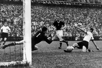 Mit 3:2 gewinnt Westdeutschland am 4. Juli 1954 gegen Ungarn überraschend das WM-Finale.
