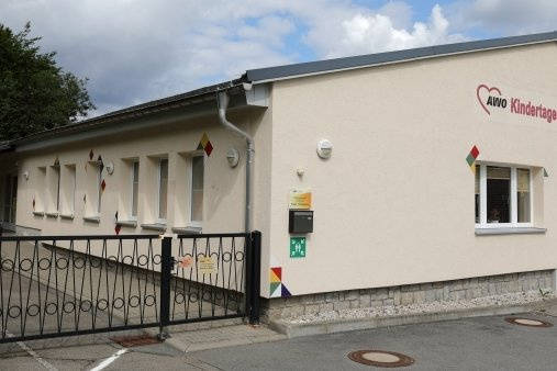 Dieser Flachbau beherbergt Krippe und Kindergarten der AWO-Kita in Rittersgrün. Der Hort befindet sich an der Grundschule.