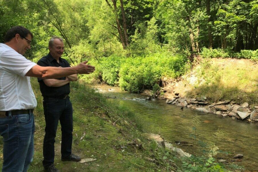 Frank Hunger (l.) und Tobias Mehnert sehen ein Jahr nach dem Rückbau, wie sich die Natur erholt hat.