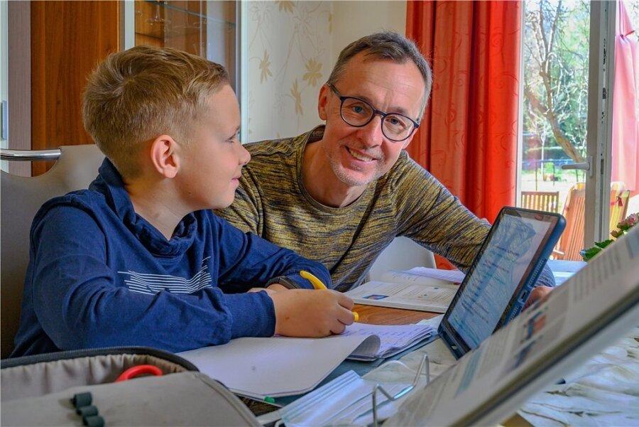 Ronny Smektalla von der Oberschule Werdau hat den Deutschen Lehrerpreis verliehen bekommen. Hier unterrichtet er seinen Sohn Ole.