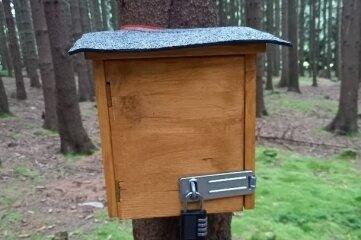 Solche Kästen hat ein Leser zwischen Geyer und Elterlein im Wald entdeckt.