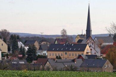 Blick in die Ortsmitte von Dennheritz - mit Kirche und der ehemaligen Kirchschule.