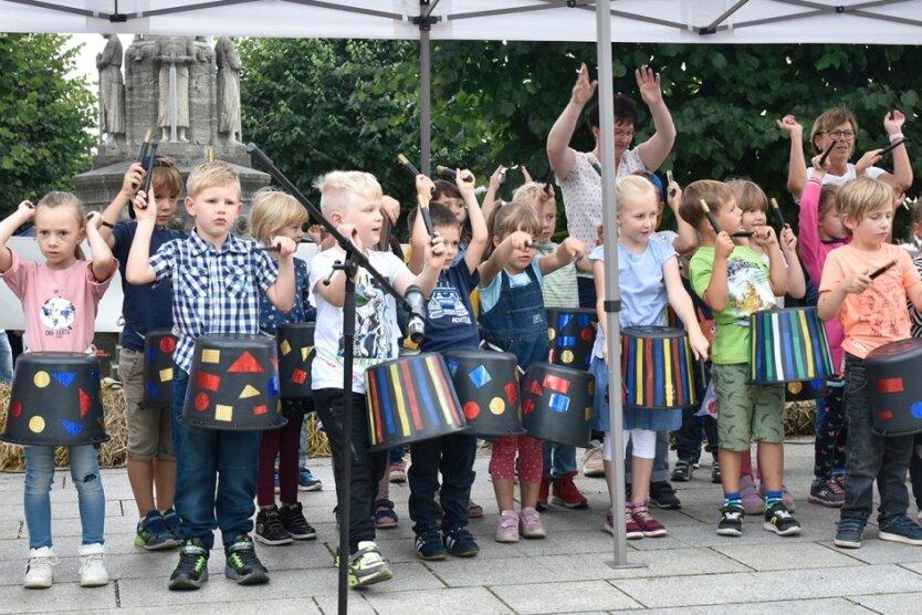 Kita-Kinder und Tanzgarden sorgen für Stimmung beim Stadtfest in Adorf