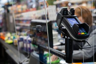 Brot, Milch, Tierfutter: Waren des täglichen Bedarfs und der Grundversorgung dürfen im Lockdown verkauft werden. Produkte, die nicht dazu zählen, sollen Händler im Vogtlandkreis nun abdecken oder den Zugang versperren.