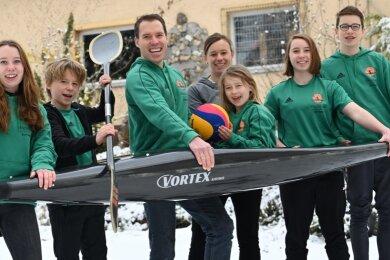 Bei Familie Reimers sitzt nicht nur Jetta gerne im Kajak. Von links: Merle, Lenjo, Vater Niklas, Mutter Anne, Jetta (im Boot), Sinje und Arjen.