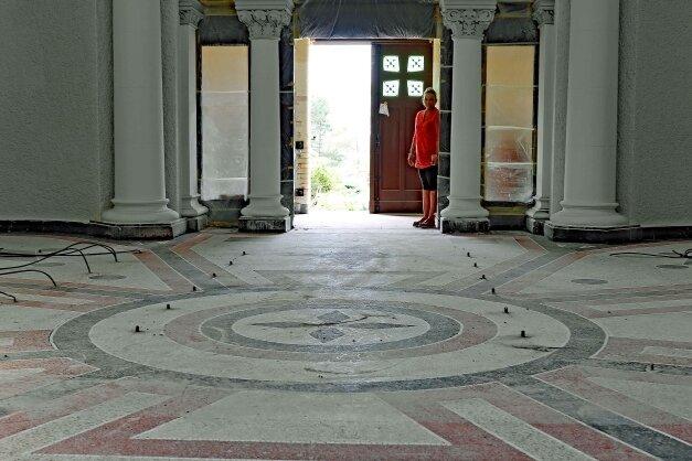 In der Werdauer Friedhofskapelle ist der neue Fußboden fertig.