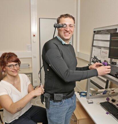 Melanie Weber verkabelt Rigo Herold, um den Cyberanzug zu testen. Derzeit geht es noch nicht um das Design von Anzug und Datenbrille, sondern nur um die Funktionalität. Das Projekt läuft bis Juni 2020.