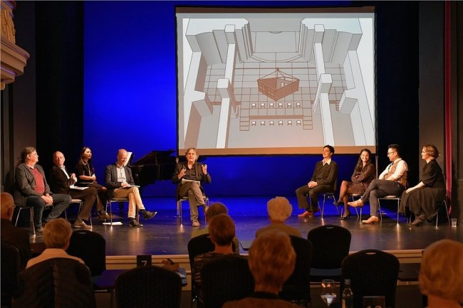 """Bei der Matinee zum Operndoppel von Menottis """"Telefon"""" und Puccinis """"Mantel"""" am Sonntagvormittag im Freiberger Theater wurde auch das Bühnenbild in der Nikolaikirche vorgestellt."""