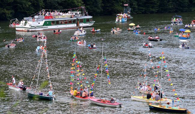Die Bootsparade, hier am Wappenfelsen in Lauenhain, gehört schon zur Tradition beim Talsperrenfest Kriebstein