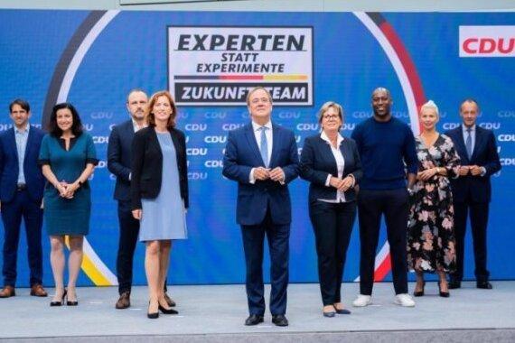 Das Wahlkampfteam um Unionskanzlerkandidat Armin Laschet (Mitte): Andreas Jung (von links), Dorothee Bär, Peter Neumann, Karin Prien, Barbara Klepsch, Joe Chialo, Silvia Breher und Friedrich Merz.