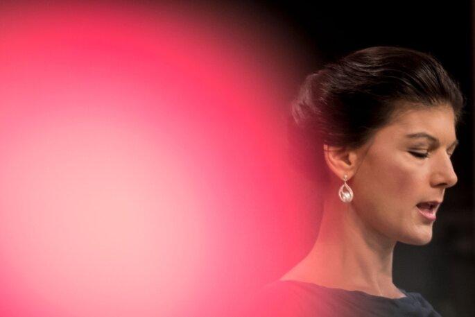 Die Spitzenkandidatin der Linken für die Bundestagswahl, Sahra Wagenknecht, mahnte ihre Genossen, Rot-Rot-Grün sei nur sinnvoll, wenn damit die Grundrichtung der Politik geändert werden könne.