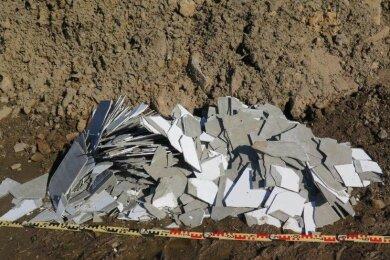 Wer kann Hinweise zu den Asbestschiefer-Platten an einer Baustelle in Olbernhau geben?