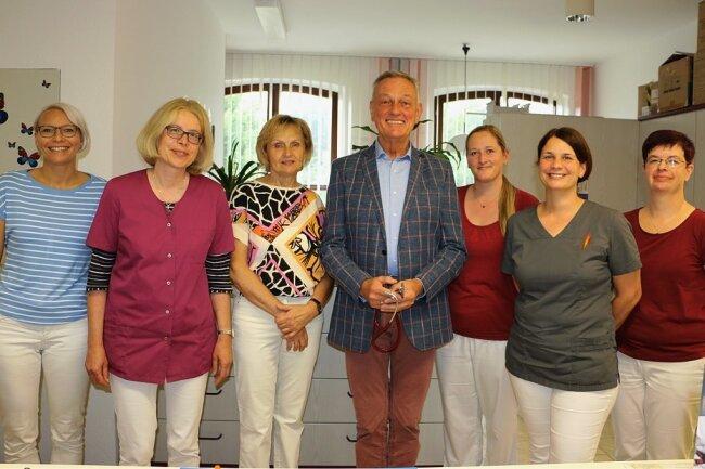 Dr. Hans-Joachim Schütt nimmt Abschied von seinen Patienten und seinem Team, zu welchem drei Ärztinnen und drei Sprechstundenhelferinnen gehören: Carina Strobel, Dr. Barbara Kothner, Dr. Siegrid Schütt, Sabrina Einecke, Ärztin Astrid Walther und Bianka Reichenbächer (von links).
