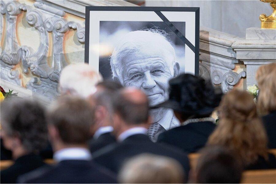 Auf einem großen Porträt in Schwarz-Weiß beim Trauerstaatsakt stets präsent: der am 12. August im Alter von 91 Jahren verstorbene Kurt Biedenkopf. Er war vom Spätherbst 1990 bis zum Frühjahr 2002 Sachsens erster Ministerpräsident nach Wiedergründung des Freistaates.