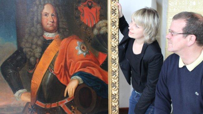 Prunkstück der Sonderausstellung ist ein Gemälde, das Julius Ernst von Tettau (1644-1711) zeigt, einen Feldherrn von europäischem Rang. Das Bild, das im Besitz von Nachfahren der preußischen Familienlinie ist, wird hier begutachtet von Museologin Claudia Fischer und Michael von Tettau, einem Vertreter der sächsischen Linie.