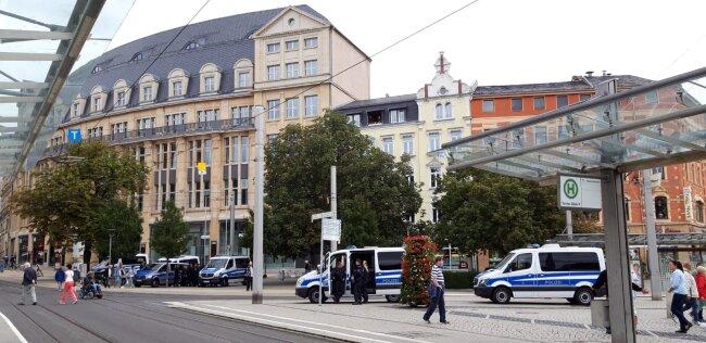 Die Polizei zeigt Präsenz. Am Mittag war alles ruhig. Polizei trudelt langsam ein.