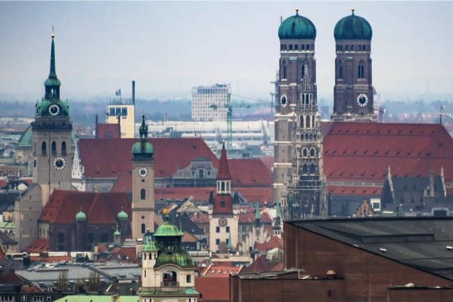 Blick auf die Frauenkirche in München: In einer Kirchenbank in der Mitte des Doms haben die Chemnitzer den Geldbeutel gefunden.