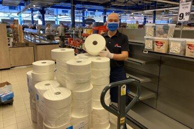 Thomas Mittelstedt, der Marktleiter im Simmel-Markt in Aue, verkauft in seinem Markt wegen der hohen Klopapier-Nachfrage jetzt XXL-Rollen aus der Gastro-Branche