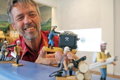 """Der Seiffener Kunsthandwerker Siegfried Werner präsentiert die """"Erzkumpel"""" auf der Reichen Zeche."""