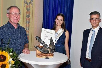 Joachim Heil (links) erhielt die Große Elster von Brunnenkönigin Christel I. und Bürgermeister Olaf Schlott (Unabhängige Bürgerschaft). Die Ehrung fand im Kurhaus Bad Elster statt.