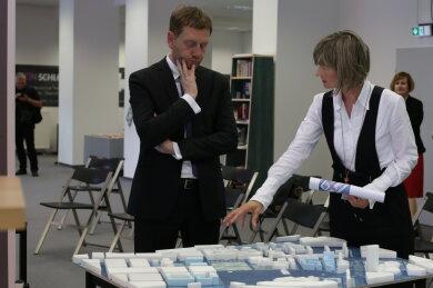 Ministerpräsident Michael Kretschmer und Oberbürgermeisterin Barbara Ludwig an einem Modell der Chemnitzer Innenstadt.