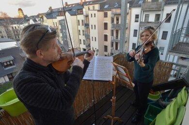 Claudia Zakowsky und Marius Marx spielten auf ihrem Balkon in Schloßchemnitz drei Lieder und beteiligten sich so an Balkonkonzerten am 22. März.