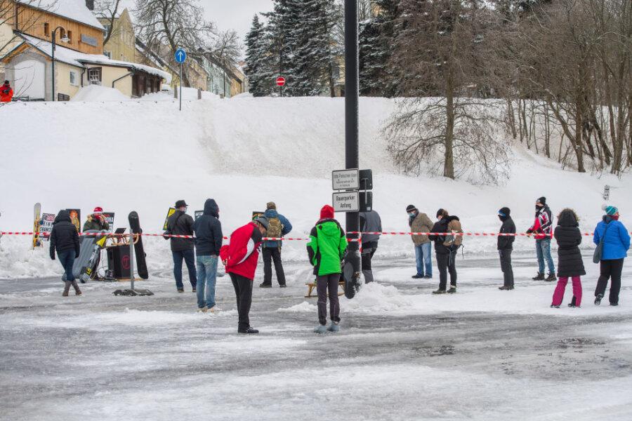 Kundgebung gegen Corona-Schutzmaßnahmen auf Parkplatz in Oberwiesenthal