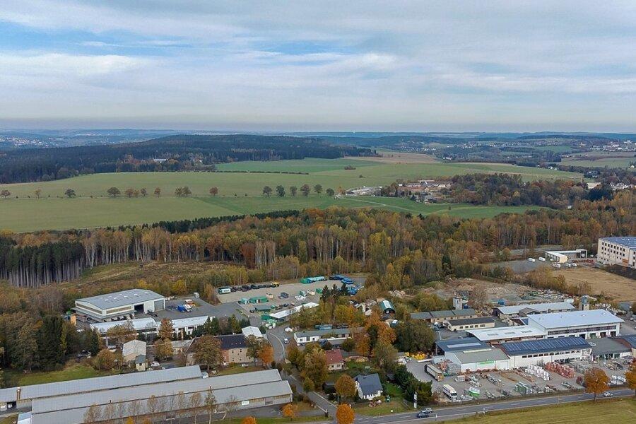 Im Bereich des heutigen Falkensteiner Gewerbeparks an der Plauenschen Straße befand sich bis in die 1920er-Jahre die Chemische Fabrik Dorfstadt, später ein Tanklager. Es gibt tiefe Kontaminationen.