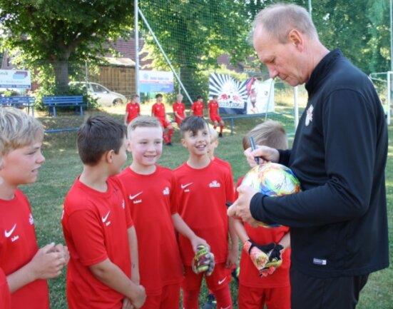 Am Mittwoch schaute der ehemalige Nationaltorhüter Perry Bräutigam beim RB-Fußballcamp in Neukirchen vorbei. Seine Autogramme waren bei den Nachwuchskickern heiß begehrt.