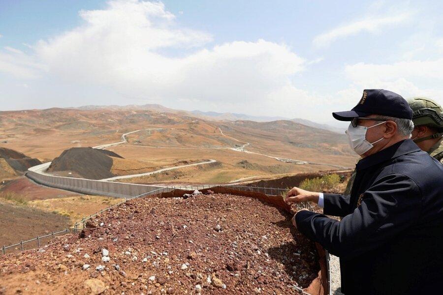 Der türkische Verteidigungsminister Hulusi Akar steht an der türkisch-iranischen Grenze in der Provinz Van.