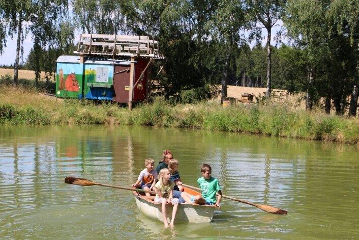 Bei sommerlichen Temperaturen ist natürlich das Baden und Bootfahren bei den Kindern beliebt. Geschlafen wurde in den umgebauten Bauwagen der Wieselburg in Doppelstockbetten.