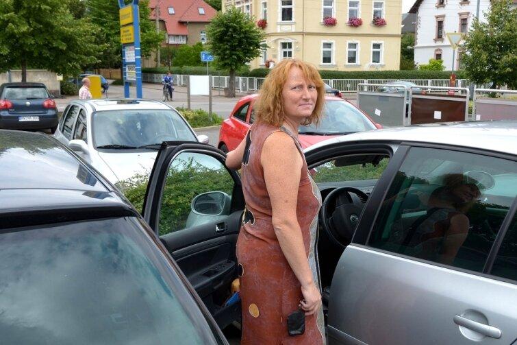 Ulrike Krakau hat auf dem Parkplatz am Rochlitzer Mulde-Center keine Probleme, in ihren Golf einzusteigen. Doch vor allem in Parkhäusern sollten die Stellflächen größer sein, sagt sie.