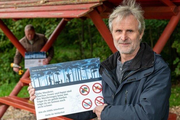 Der Seelitzer Bürgermeister Thomas Oertel zeigt eines der Schilder gegen Müllablagerung, die die Gemeinde an Sitzgelegenheiten der Wanderwege anbringen ließ - wie hier zwischen Biesern und Steudten.
