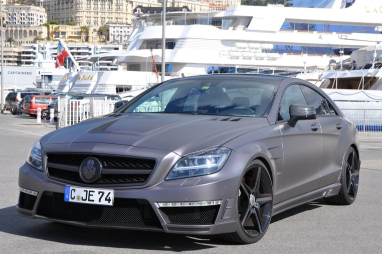 """Der in Chemnitz getunte GSC Mercedes-Benz CLS 63 AMG """"Stealth"""" bei einem Ausflug zu einer Messe in Monaco. Die Leistung des Motors wurde auf 750 PS gesteigert, zudem erhielt das viertürige Coupé unter anderem neue Motorhaube, Kotflügel, Stoßstangen und Felgen."""