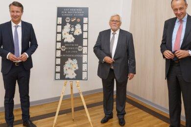 Mit Corona-Abstand: Alt-Bürgermeister Dietmar Hohm aus Niederwiesa mit dem Bewerber um den CDU-Parteivorsitz Friedrich Merz und dem CDU-Landtagsabgeordneten des Kreisverbandes, Matthias Kerkhoff (l.), bei der CDU-Festveranstaltung im Hochsauerlandkreis.