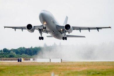 Ein Transportflugzeug vom Typ Airbus A310 der Luftwaffe startete am Mittag auf dem Fliegerhorst Wunstorf in der Region Hannover auf regennasser Startbahn in Richtung Kabuler Flughafen.