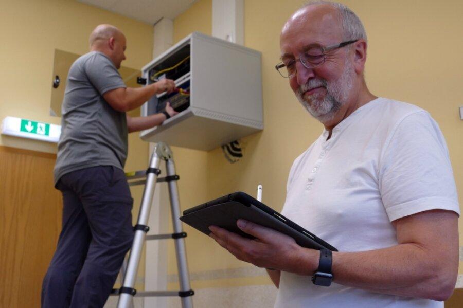 Während sich Marek Decker um einen der Access Points kümmert, checkt Lehrer Klaus Böhm auf seinem I-Pad, oballes funktioniert.