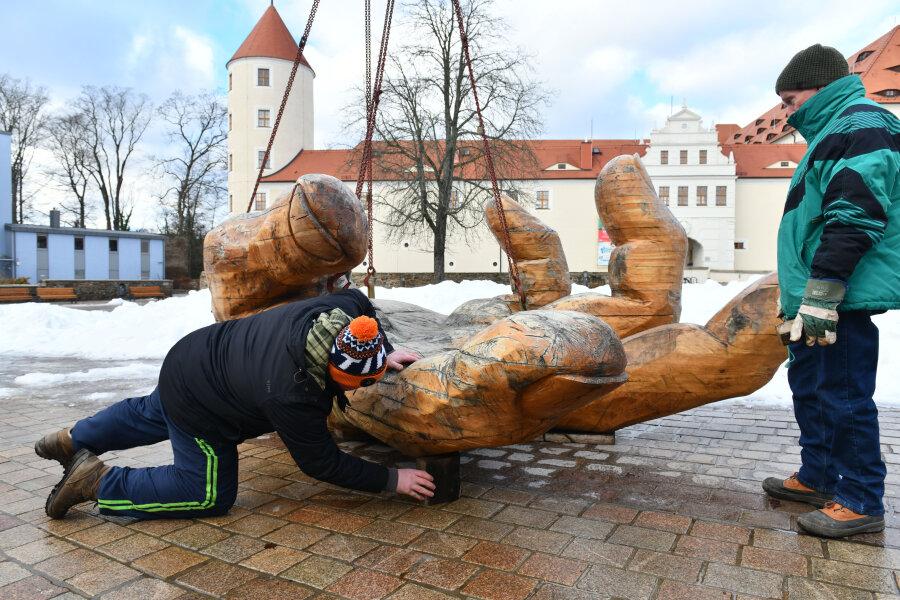 Zuerst wurde die Eichenhand abgeladen, in Position gebracht und von Holzkünstler Christian Schmidt unterkeilt.