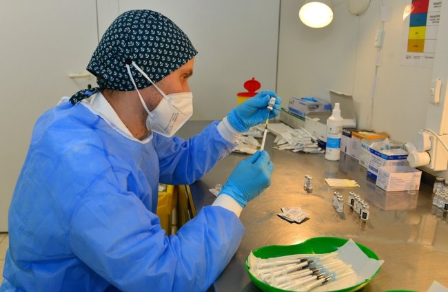 Konrad Mühmel zieht im Impfzentrum für Mittelsachsen in Mittweida die Spritzen auf.