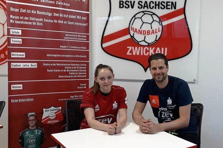 Rebeka Ertl zusammen mit BSV-Trainer Norman Rentsch bei der Vertragsunterzeichnung.