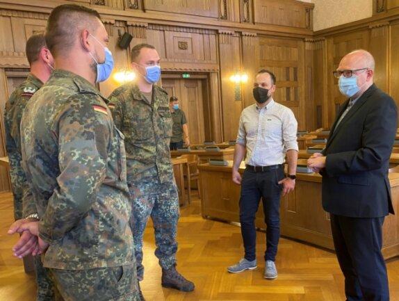 Oberbürgermeister Sven Schulze (rechts) und Michael Schirmer, der Leiter des Pandemiemanagements der Stadt, verabschieden im Rathaus die letzten Bundeswehrsoldaten, die für die Stadt im Corona-Einsatz waren.