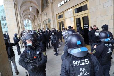 Am Neumarkt versammelten sich am Nachmittag mehrere Personen. Einige griffen Polizisten an.